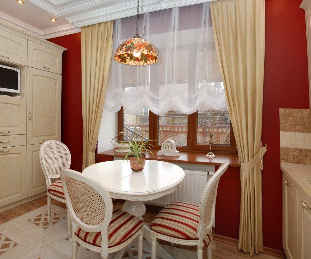 Оформление окна классическими шторами в маленькой кухне