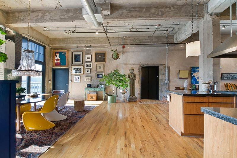 Бетонный потолок кухни-гостиной в стиле эко-лофта
