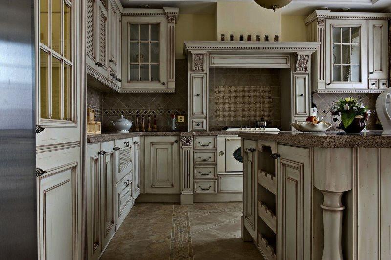 Интерьер кухни с каминной вытяжкой в английском стиле