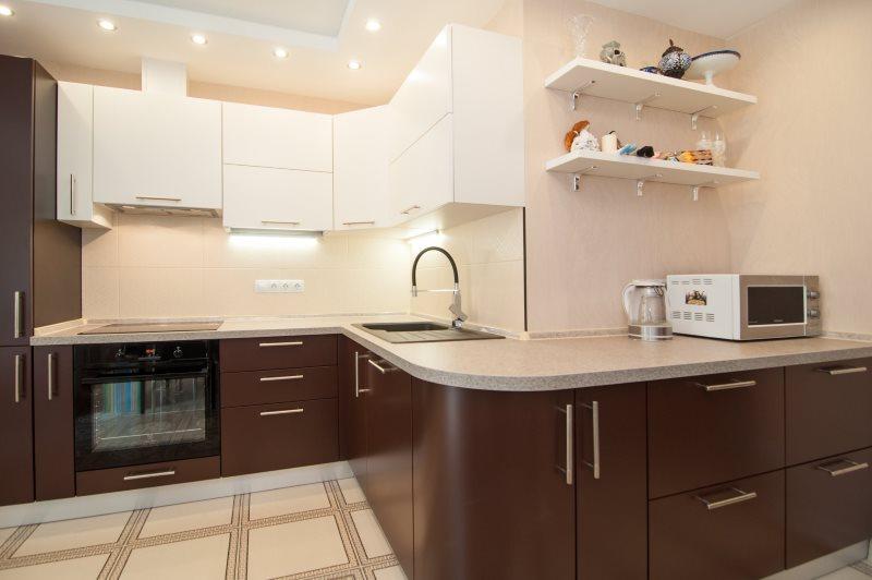Угловая кухня с шоколадными тумбами