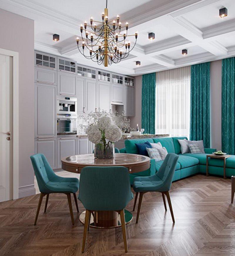 Бирюзовый текстиль в интерьере классической кухни-гостиной