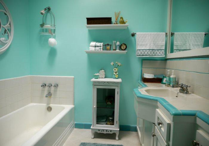 Бирюзовые стены в интерьере ванной комнаты