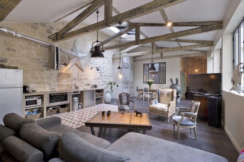 Открытые стропильные конструкции в интерьере просторной кухни
