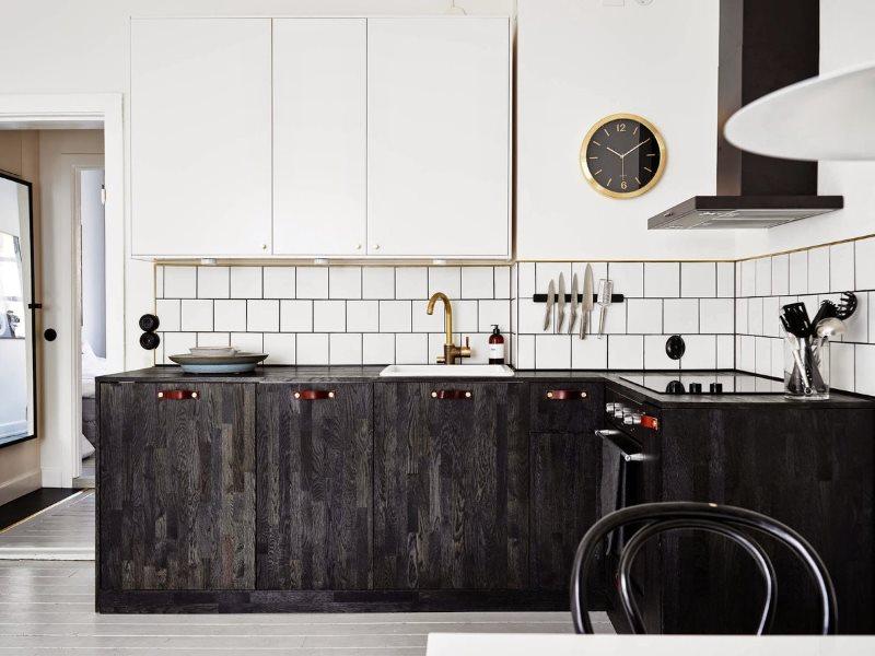Угловая кухня с часами на белом фасаде
