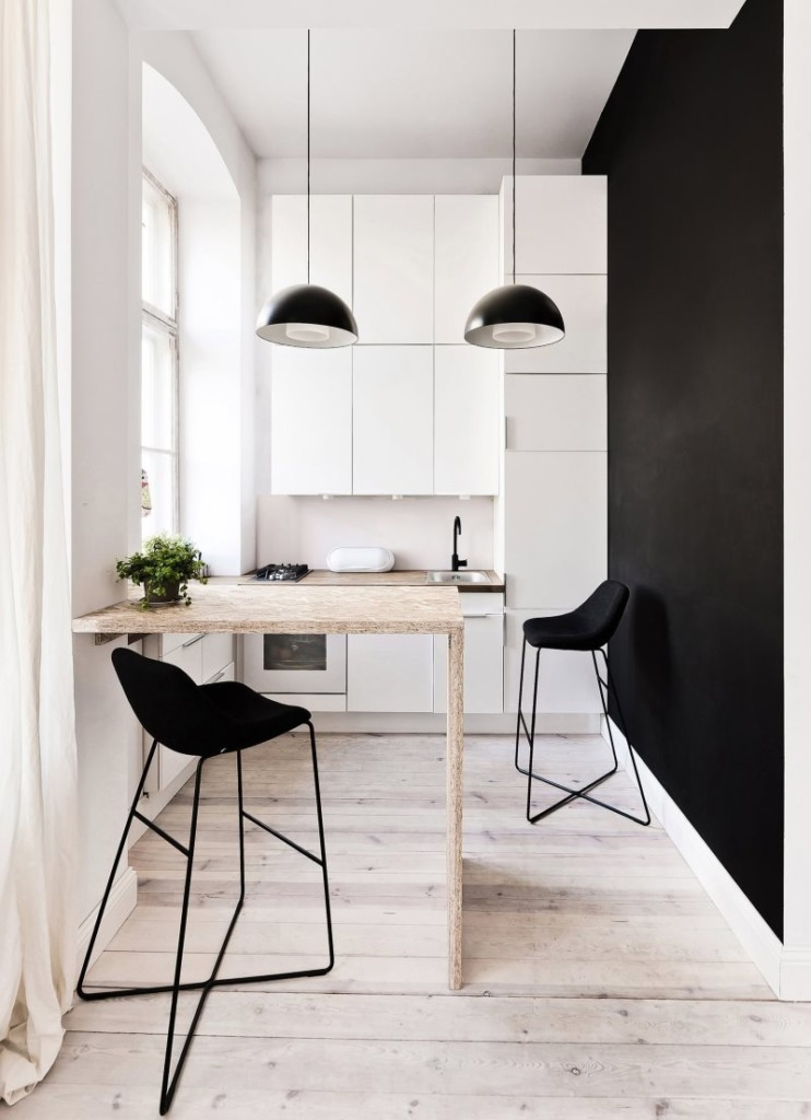 Черная стена в кухне с белым гарнитуром угловой формы