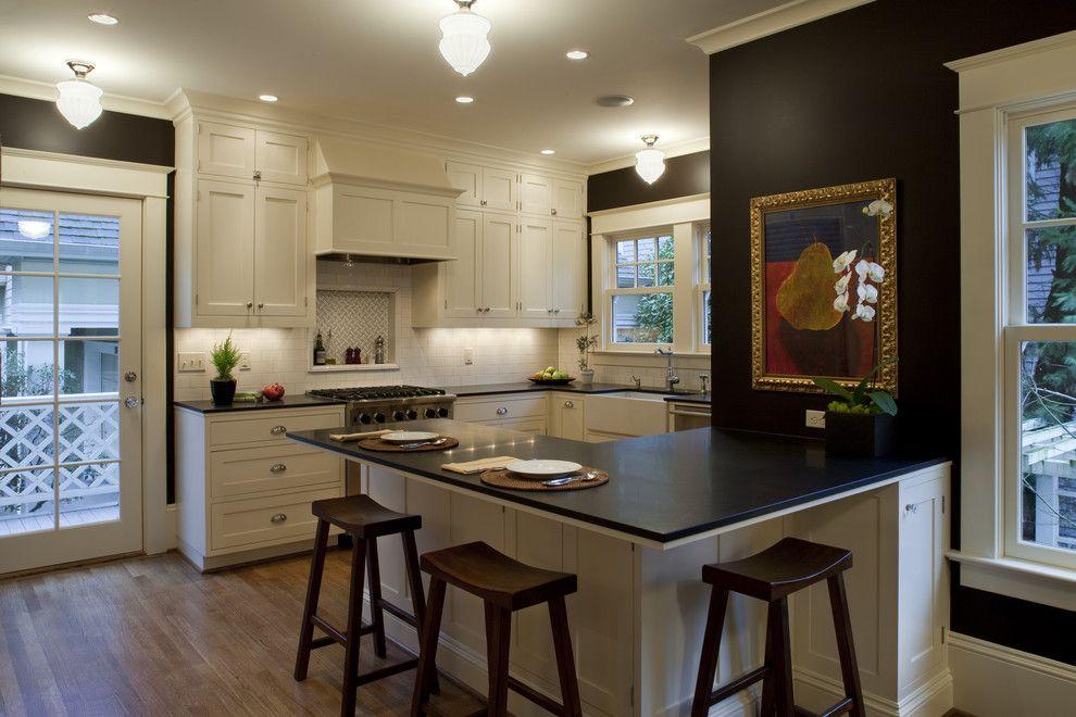 Черные столешницы гарнитура в классической кухне
