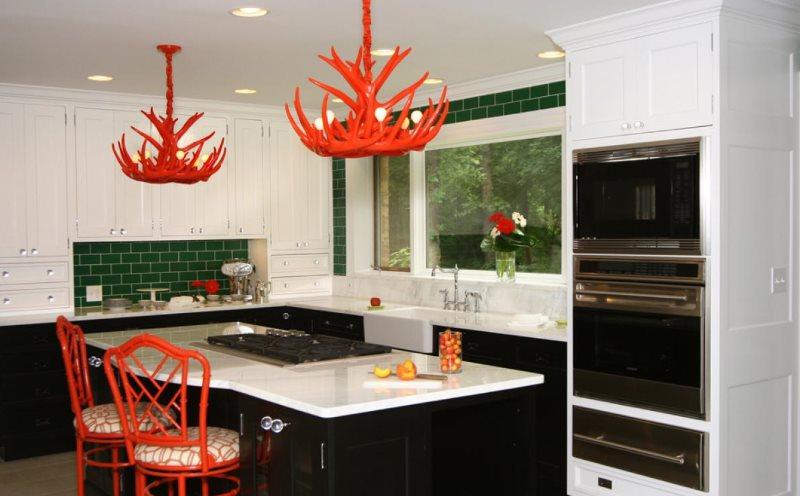 Акценты красного в черно-белой кухне