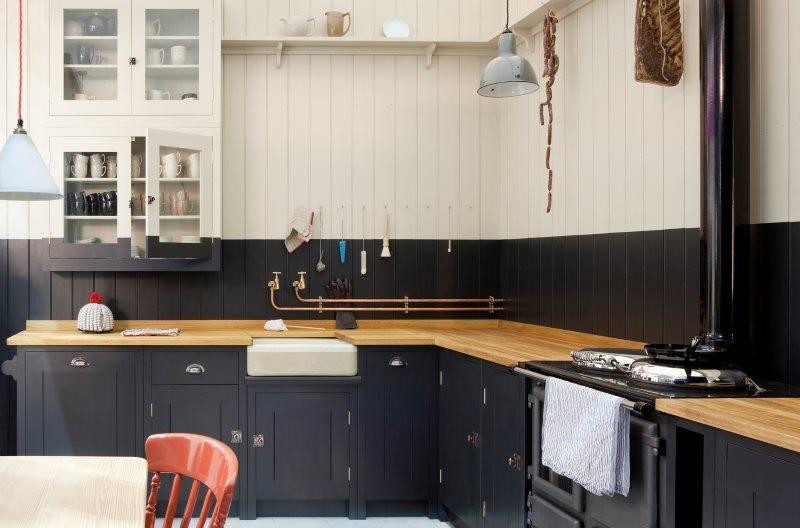 Деревянная столешница в кухне с черно-белой мебелью