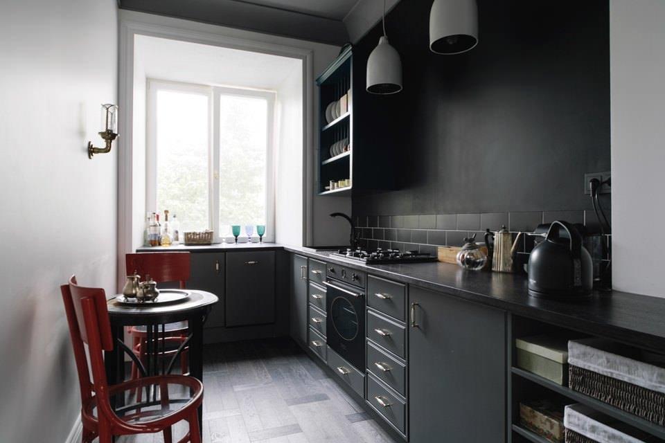 Черные обои на стене кухни в стиле лофт