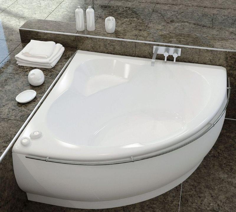 Угловая ванна из чугуна для маленькой ванной комнаты
