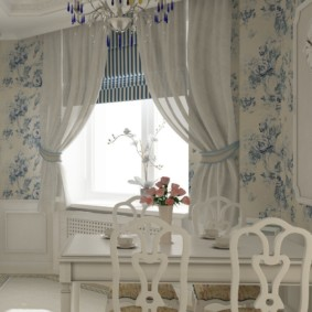 Светлые занавески на окне кухни в стиле прованс