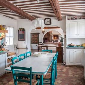 Просторная кухня в сельском доме