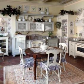 Деревянные стулья на ковре в кухне