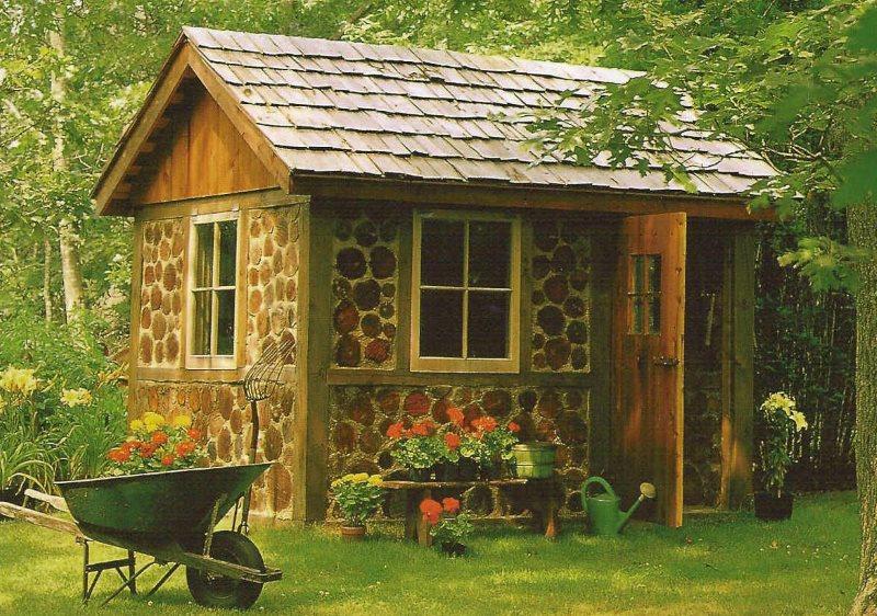 Летний домик с деревянной крышей