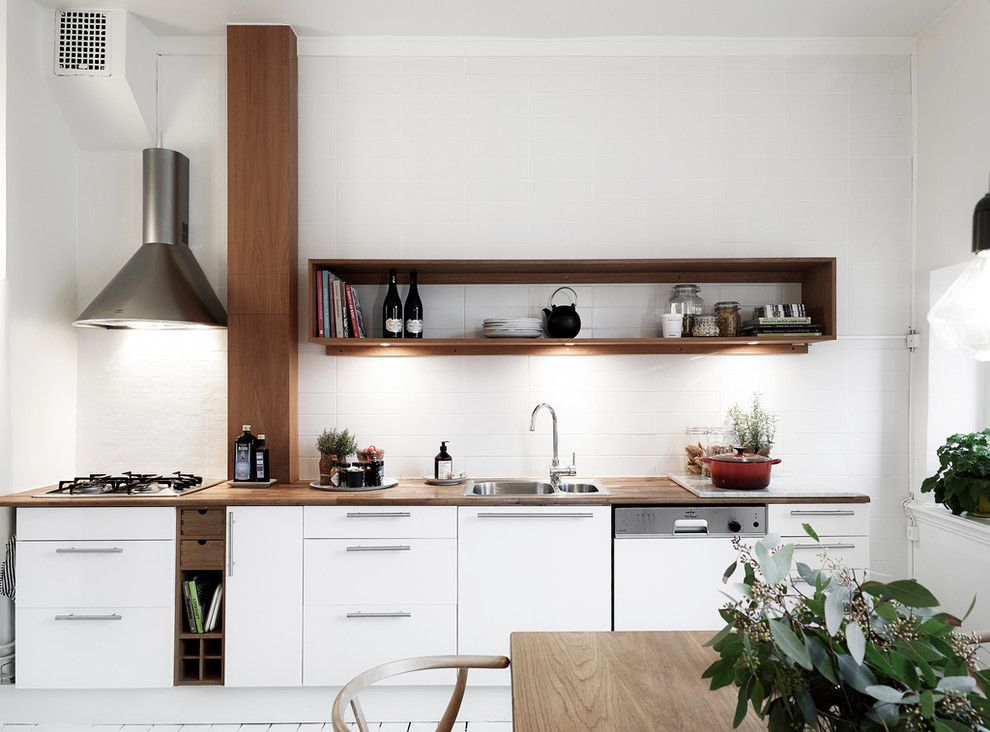 Деревянная полка вместо навесных шкафов в скандинавской кухне