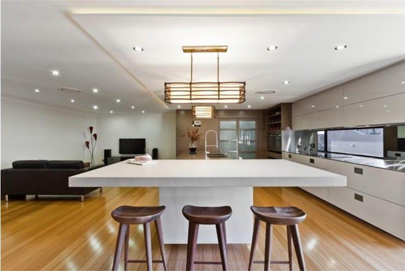 Лакированная поверхность деревянного пола в кухне с белым потолком