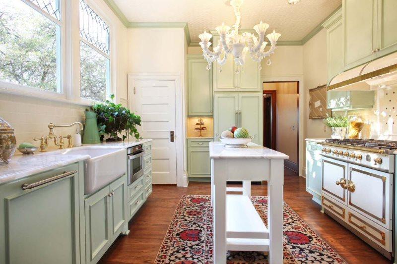 Узкий кухонный стол на пестром ковре