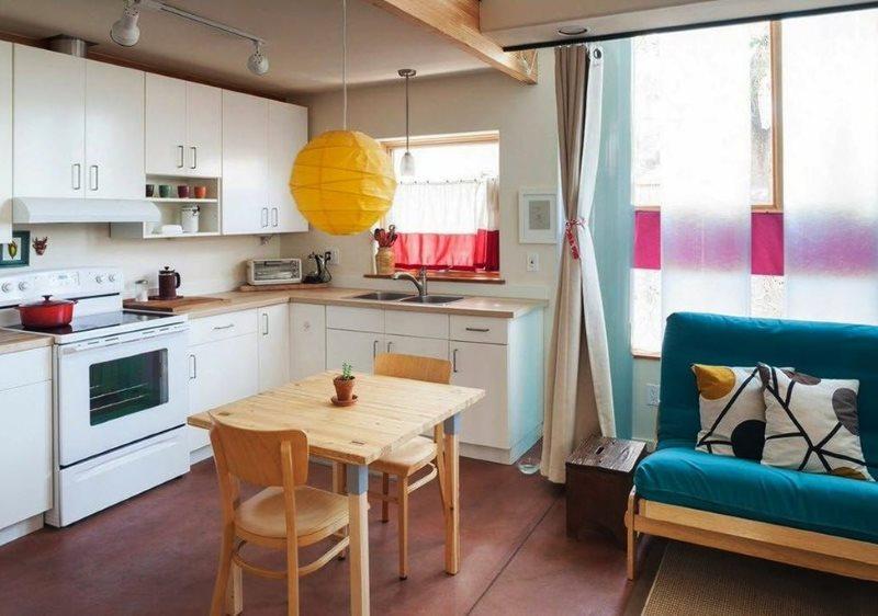 Угловой гарнитур в кухне-гостиной частного дома