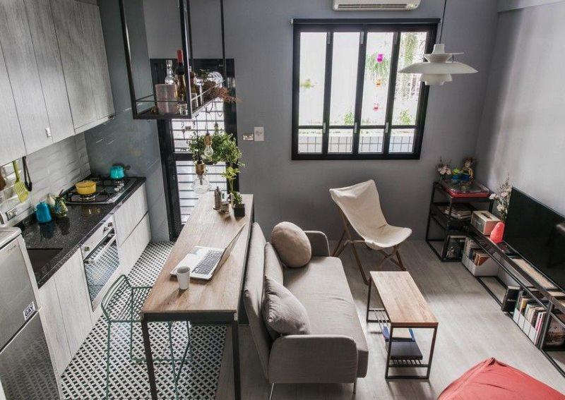 Серый диван в центре кухни-гостиной
