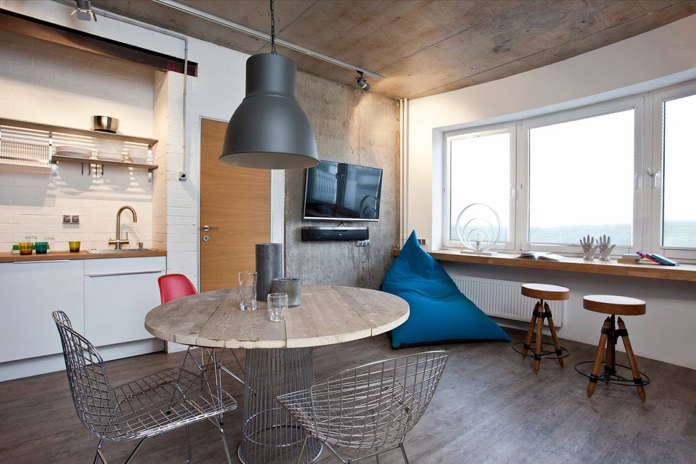 Деревянный пол кухни с большими окнами