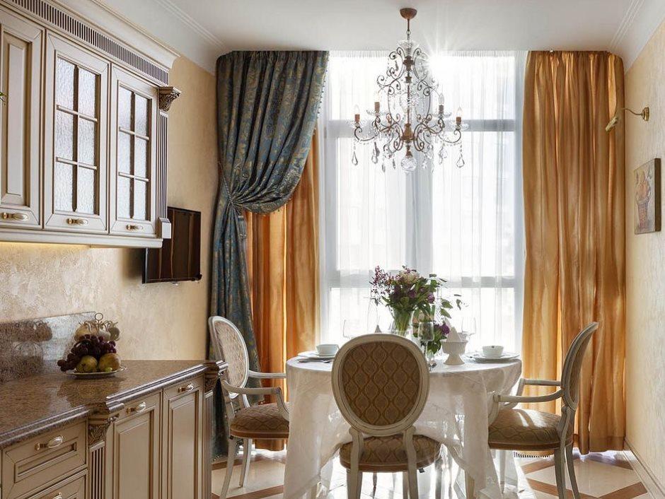 Узкая кухня с атласными шторами на окне