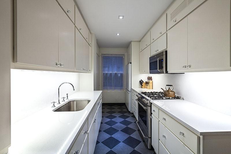 Двухрядная планировка узкой кухни с окном в торцевой стене