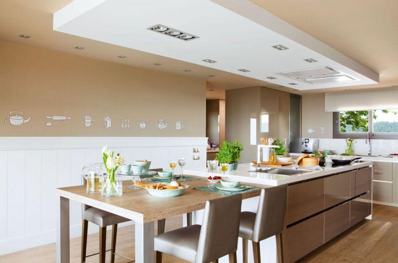 Белая конструкция из гипсокартона на потолке кухни цвета капучино