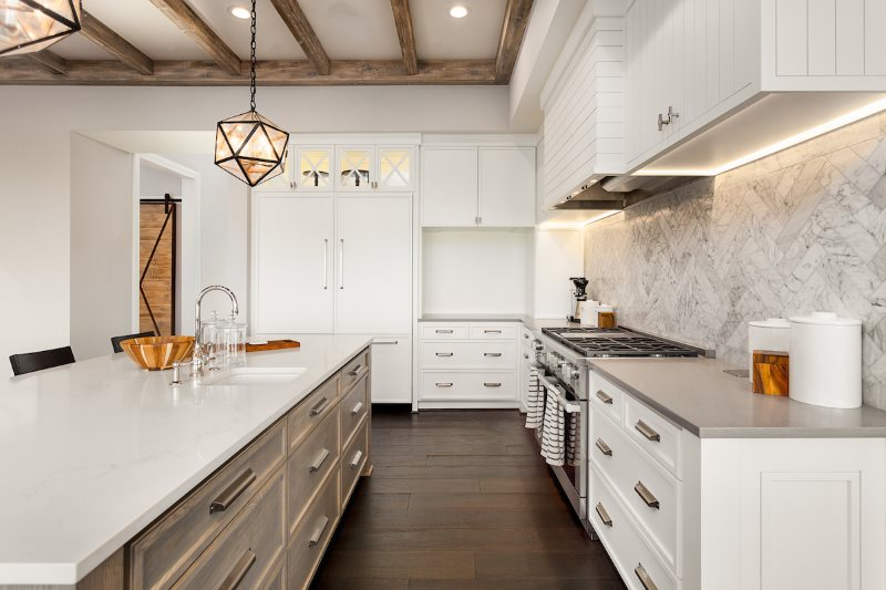Островная кухня эконом-класса с белыми фасадами