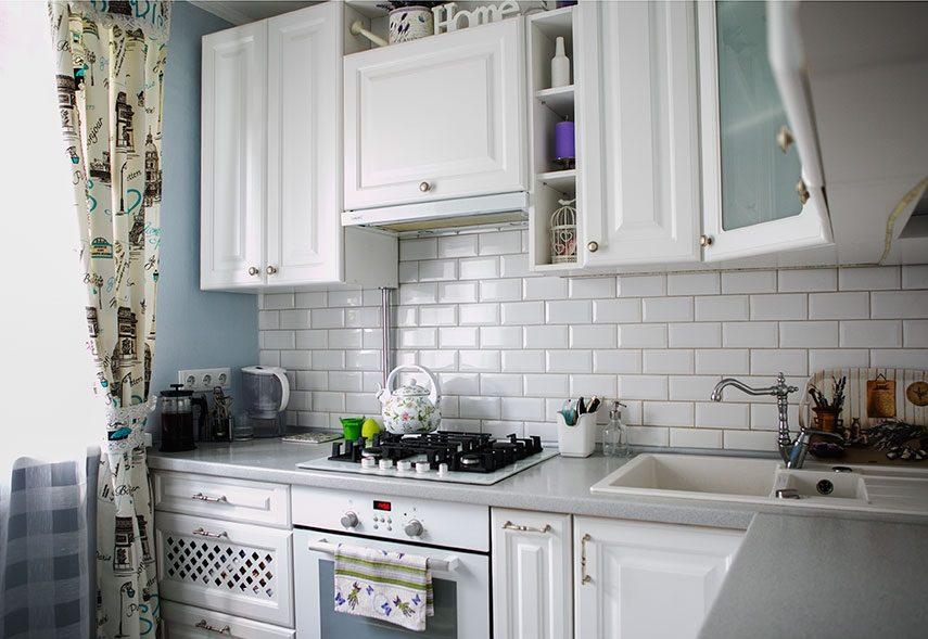 Керамический фартук кухни в сельском доме