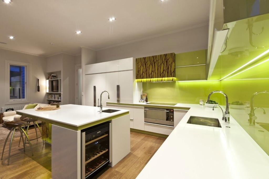 Зеленый фартук на кухне с белым гарнитуром