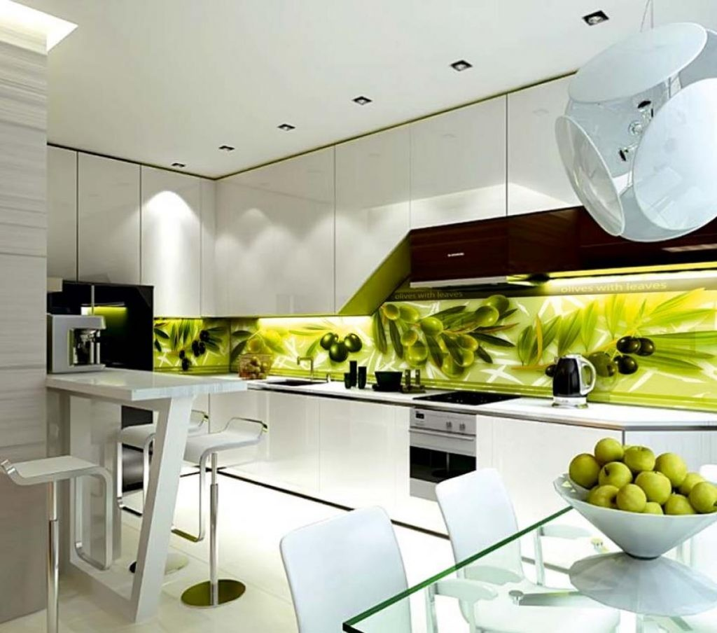 Дизайн кухни с фотопечатью на стеклянном фартуке