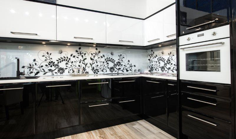 Растительный принт на кухонном фартуке между контрастными фасадами