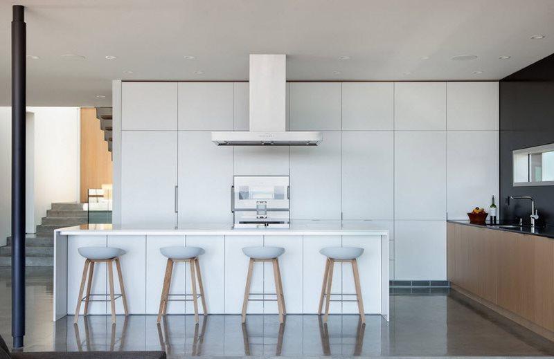 Открытая вытяжка на кухонным островом белого цвета