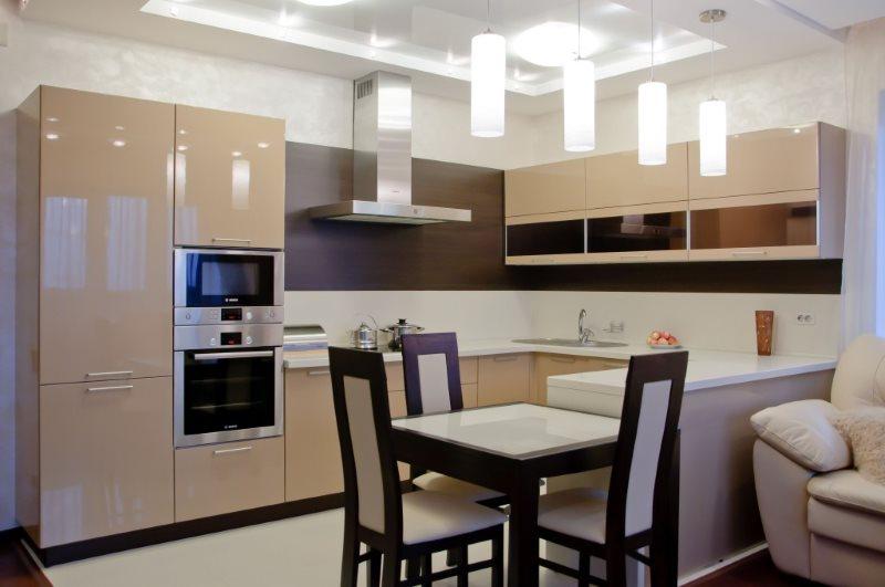 Угловая кухня с глянцевыми фасадами цвета капучино