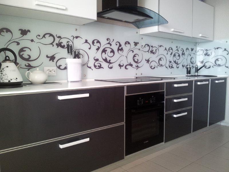 Темные шкафы нижнего ряда кухонного гарнитура