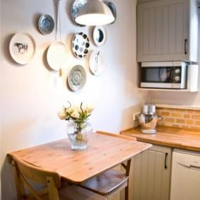 Декор тарелками стены над обеденным столом