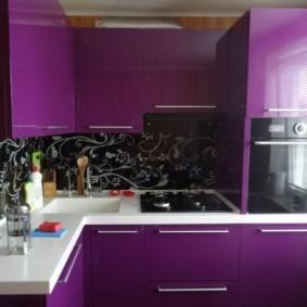 Фиолетовые фасады кухонной мебели