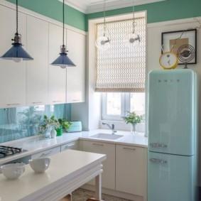 Голубой холодильник в светлой кухне