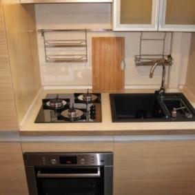 Компактная мебель в маленькой кухне