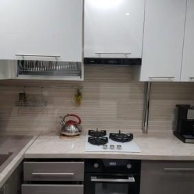 Кухонный гарнитур со встроенной панелью