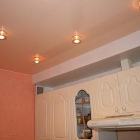 Точечные светильники на полотне натяжного потолка