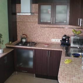 Мозаичная отделка фартука и столешницы кухни