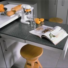 Выдвижной столик в кухне хрущевки