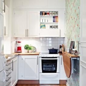 Откидной столик на стене кухни