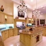 Стеклянные люстры в большой кухне
