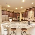 Многофункциональный кухонный остров в кухне загородного дома
