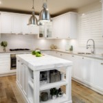 Яркий искусственный свет в П-образной кухне