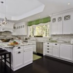 Зеленая занавеска на кухонном окне