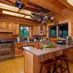 деревянная отделка стен кухни в сельском доме