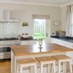 Деревенская кухня без навесных шкафов